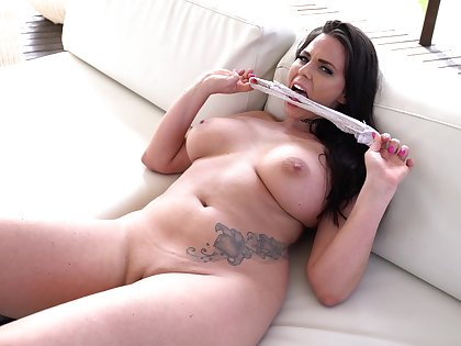 Simony Diamond has an amazing body and likes almost play with copulation toys